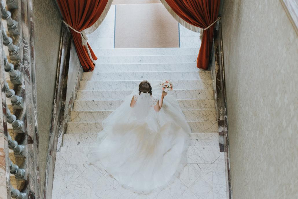 Braut von oben mit großem Kleid