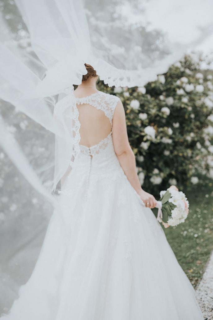 Hochzeitsbild der Braut mit Schleier