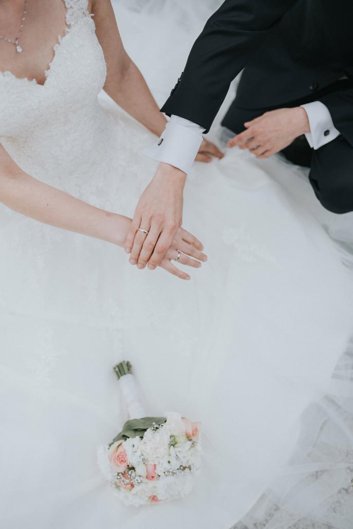 Detail Aufnahme der Hände des Brautpaares
