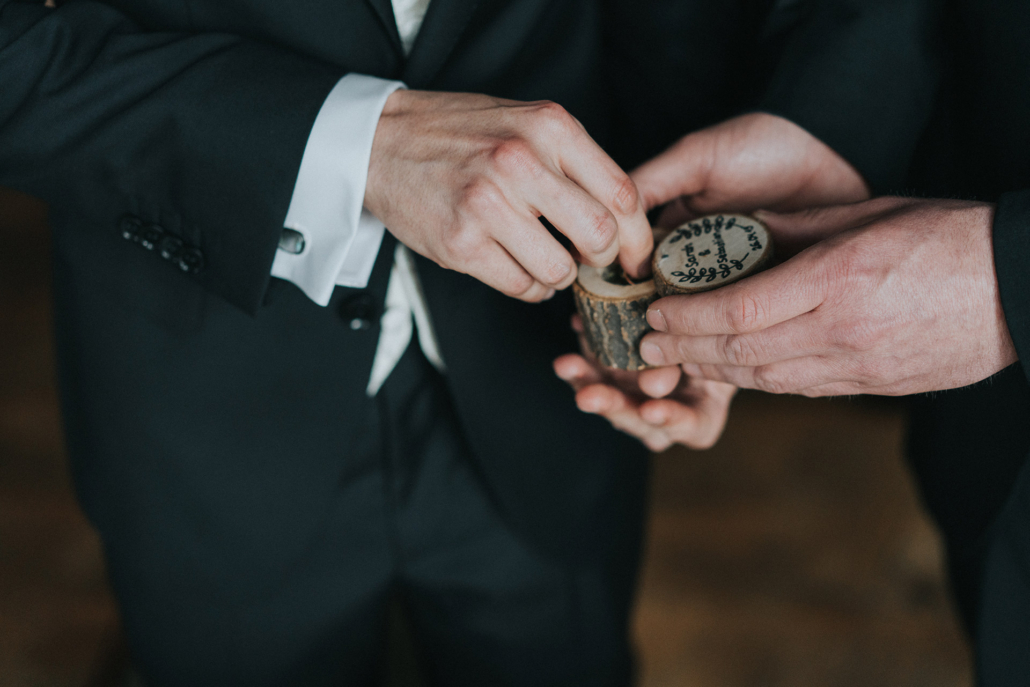 Detailaufnahme der Hochzeitsringe