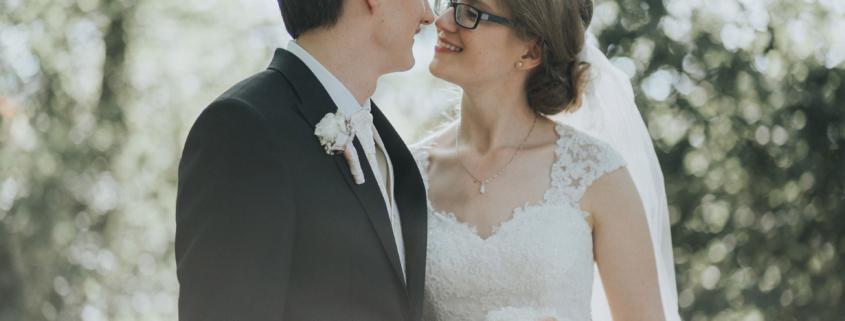 Brautpaar beim Kuss