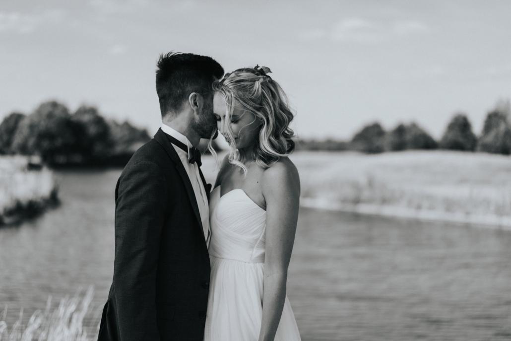 romantisches hochzeitsbild in schwarz-weiß