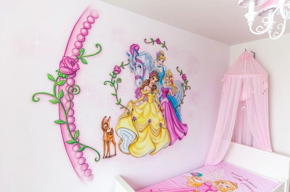 Disney prinsessen airbrush muurschildering in meisjeskamer op roze muur