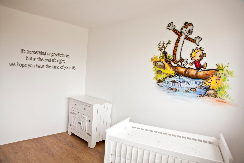 Casper en Hobbes babykamer muurschildering