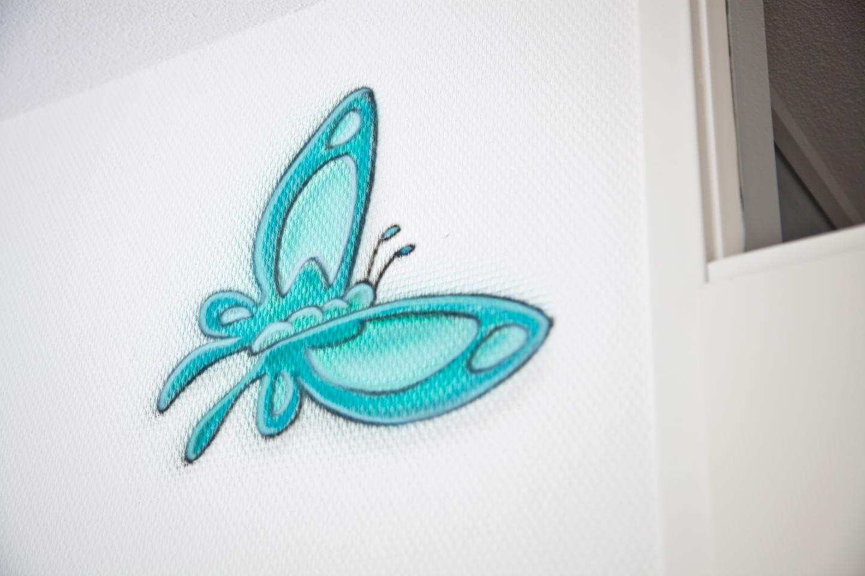 Airbrush vlinder babykamer muurschildering