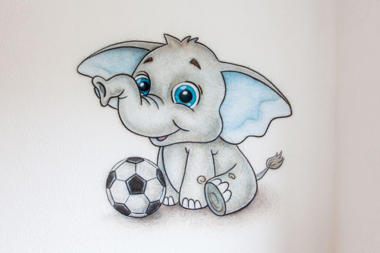 Babykamer muurschildering van olifantje met voetbal
