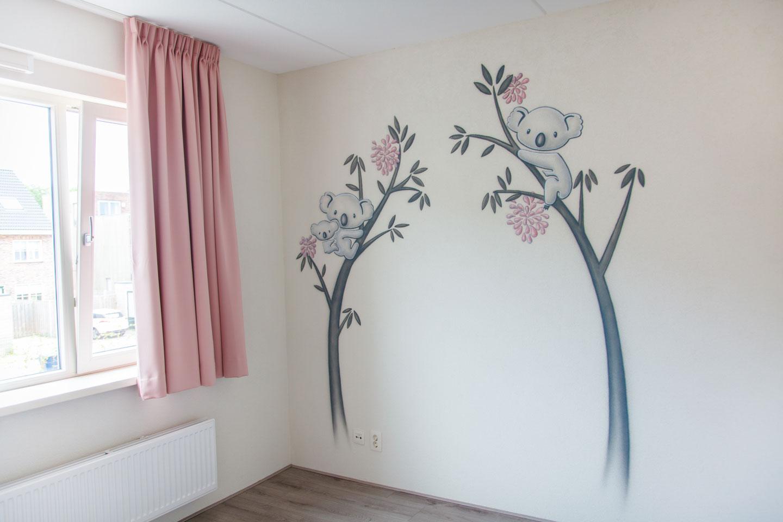 Koala beer muurschildering babykamer. Meisjeskamer met roze airbrush schildering.