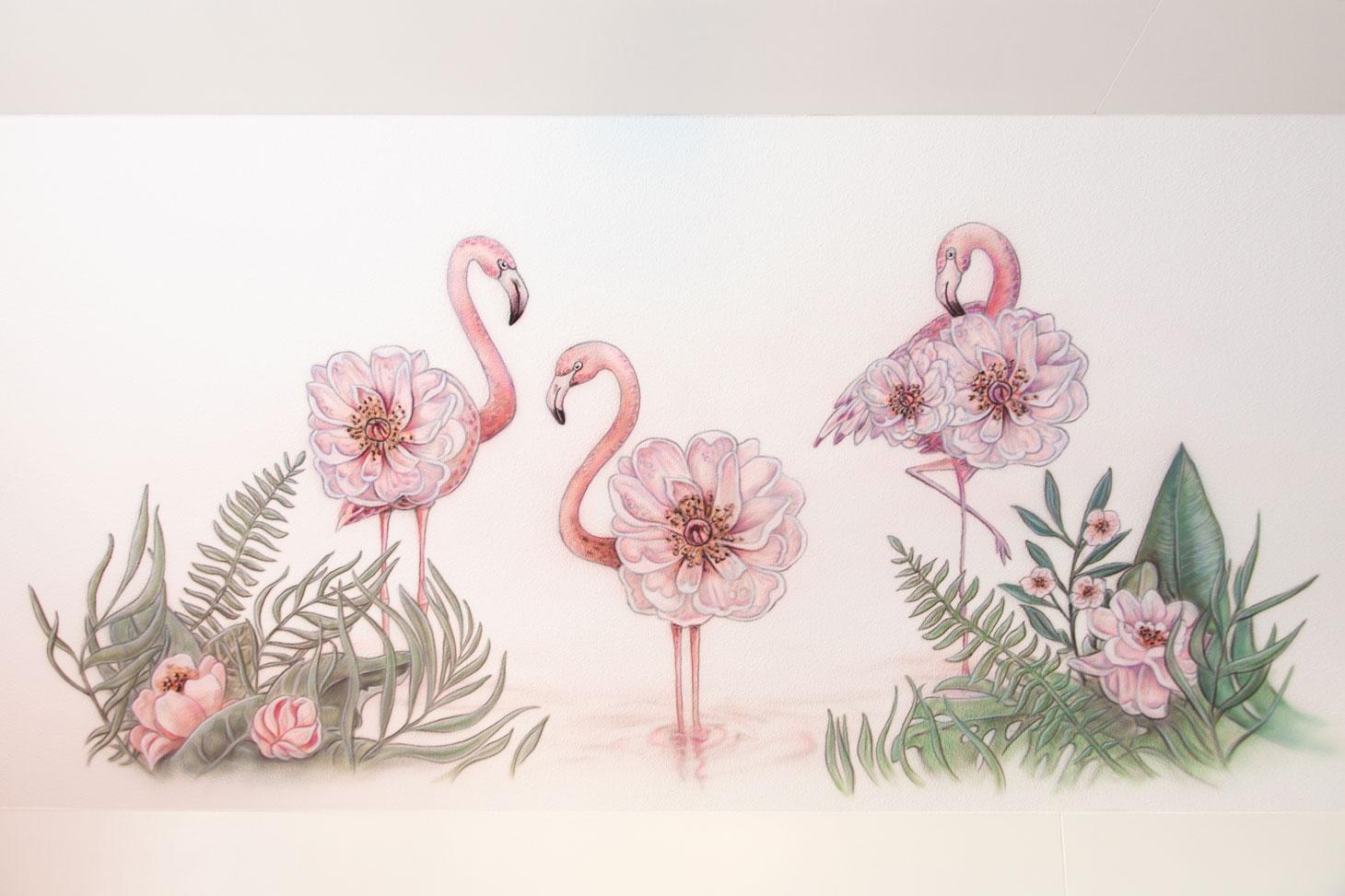 Flamingo's met roze bloemen airbrush muurschildering in meisjeskamer