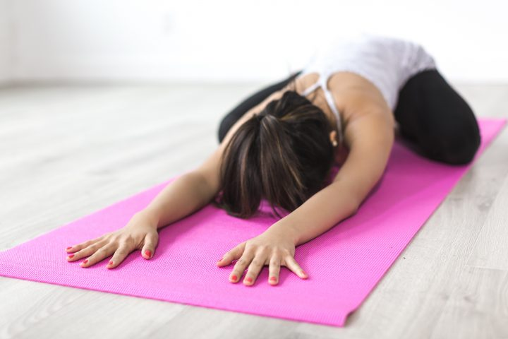 kinesitherapeut die oefening voor de nek voordoet