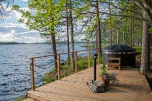 Miltä tuntuisi lämmitellä kylpytynnyrissä aivan järven tuntumassa?