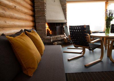 Kinkamon Saunan takkatuvassa nautit takkatulen lämmöstä.