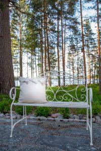 Kinkamon pihapiirissä voit nauttia kauniista luonnosta ja järvimaisemasta.