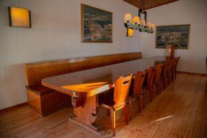 Kinkamon Salin kalusteissa näkyy talonpoikainen perinne.