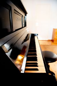 Kinkamon Salia koristaa vanha piano.