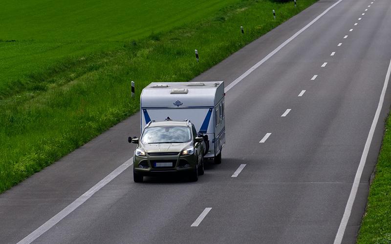 Camping ved Knabstrup Hallen, bil med campingvogn på vej