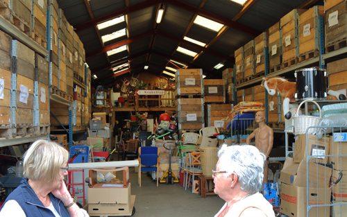 Knabstrup Hallens lager, hylder med kasser og opbevaring af genbrugs ting og sager