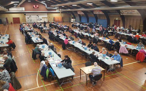 Banko i Knabstrup Hallen, mennesker der sidder ved lange borde,
