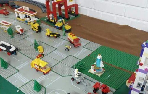 Mini KUK lego landsby med huse og biler, Knabstrup ungdomsklub