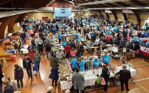Stort loppemarked i Knabstrup Hallen, mange mennesker og genbrug