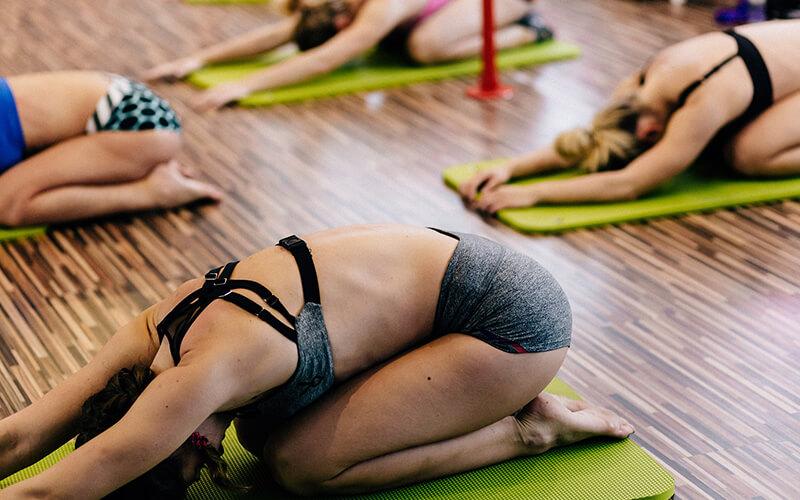 kvinder der dyrker yoga i Knabstrup Hallen