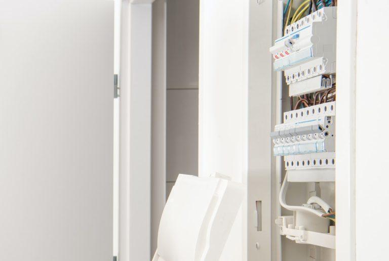 Problemer med strømmen som skyldes kortslutning i el-installation, kabel eller et apparat f.eks. komfuret eller vaskemaskinen