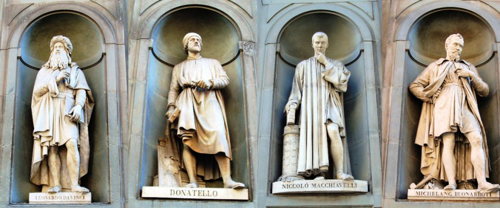 Standbeelden Leonardo da Vinci, Donatello, Machiavelli en Michelangelo op Piazzale degli Uffizi, Florence