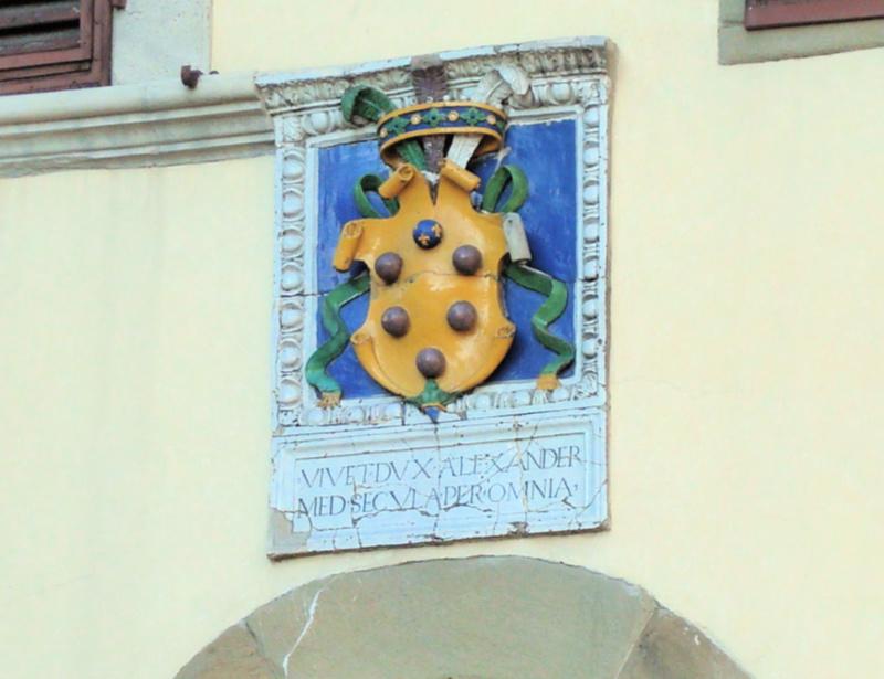 Medici-embleem op muur gebouw, 6 bollen op goudgele achtergrond