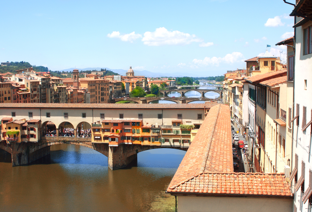 Zicht op de Corridoio Vasariano over de Arno