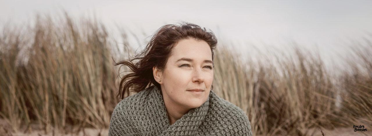 portret Angelique in duinen die staart in de verte, herinneringen ophalen