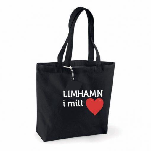 Limhamnskassen i ekologisk bomull är svart med texten Limhamn i mitt hjärta där hjärtat är rött. Limhamnskassen finns hos Kokkolit på Limhamn.