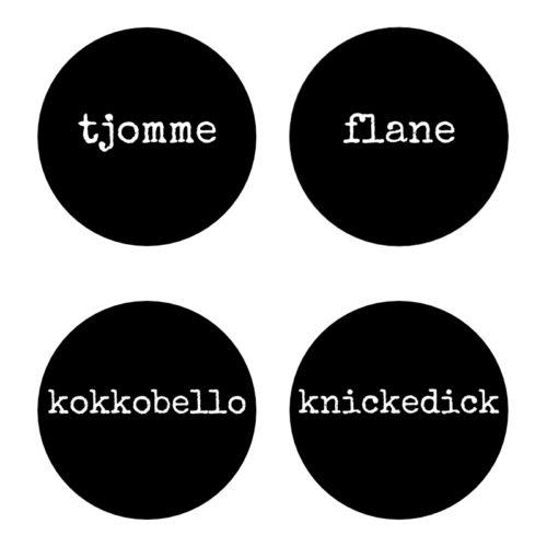 Fyra glasunderlägg i svart med vit text tjomme flane kokkobello knickedick