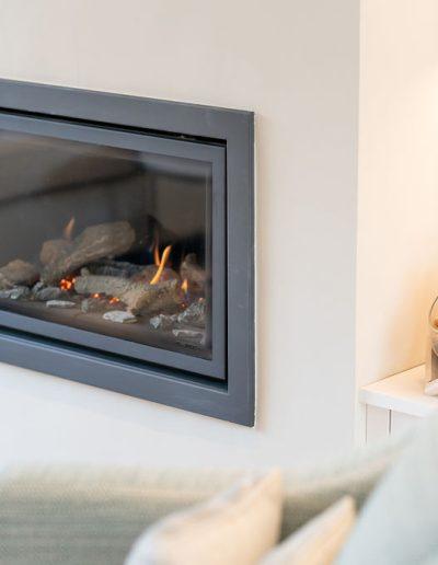 Modern fireplace installation - Koubou Interiors
