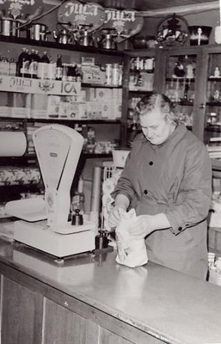 Gunhild Lindén i affären.Bilden tagen 1970