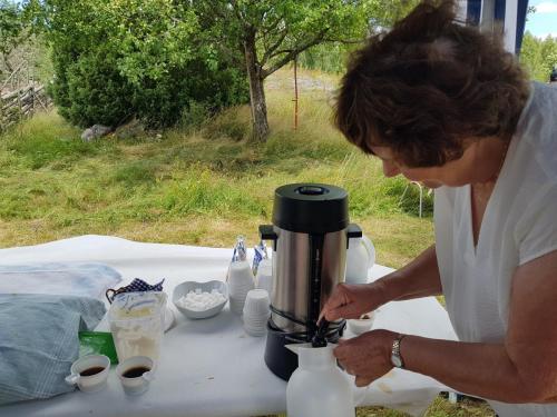 Ann-Margret fyller på mera kaffe