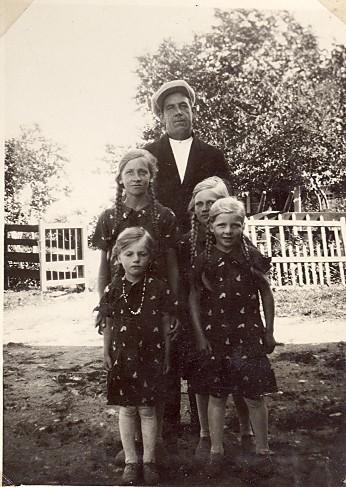 Einar Sjöö tillsammans med flickorna Nilsson