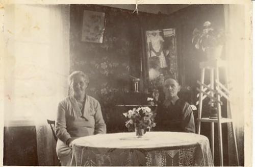 Lydia o Karl  August Karlsson Salsnäs  i salen
