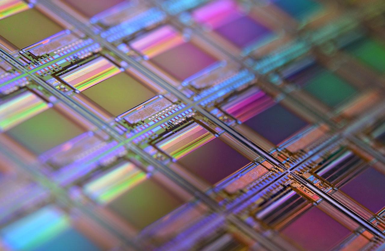 Will Bill Gates die Welt mit Mikrochips und Kryptowährungen unterwerfen?