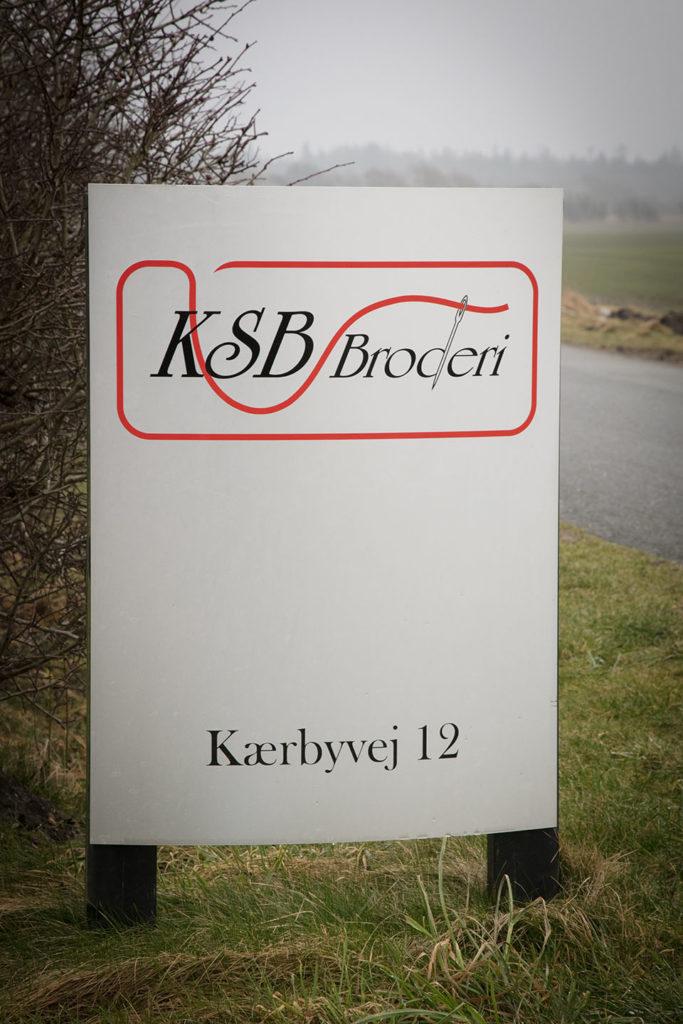 Tilbud på broderi af logo - her vejskilt ved KSB Broderi