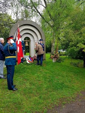 Церемония возложения цветов к мемориалу на кладбище Биспебьерг