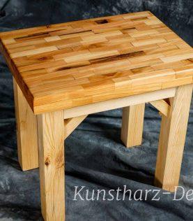Esstisch aus Massivholz und Epoxidharz als echtes Unikat.