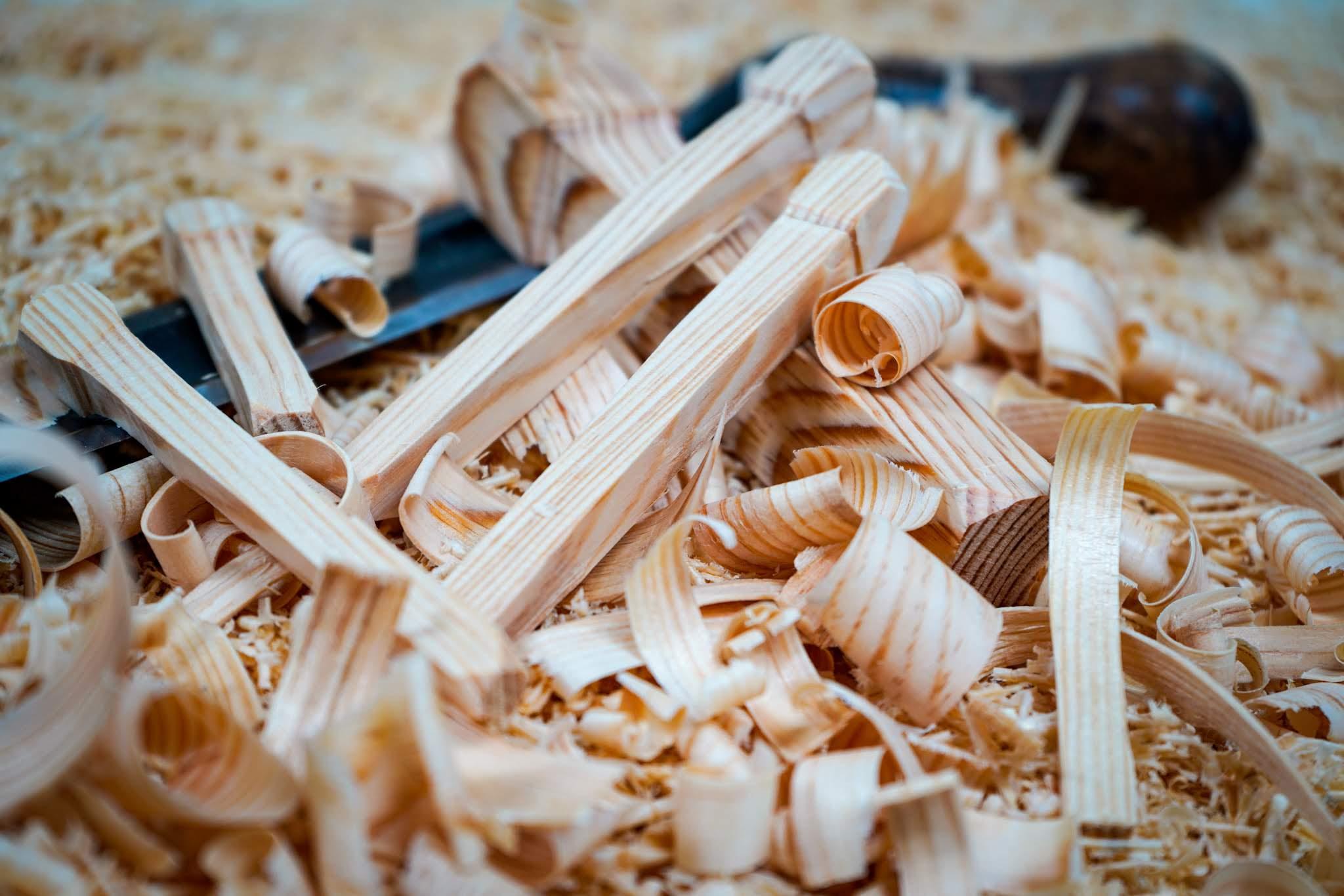 Ein Holznagel aus Lärche wird in echter Handarbeit hergestellt. Hierdurch wird das Untergestell stabilisiert.