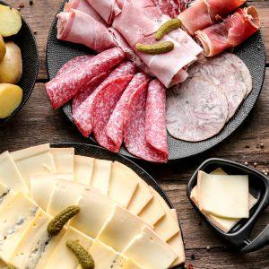 Plateau de fromages à raclette et charcuteries