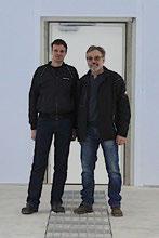 Walter Fritz (r.) mit Sohn Christian in seiner neuen Lackierkabine