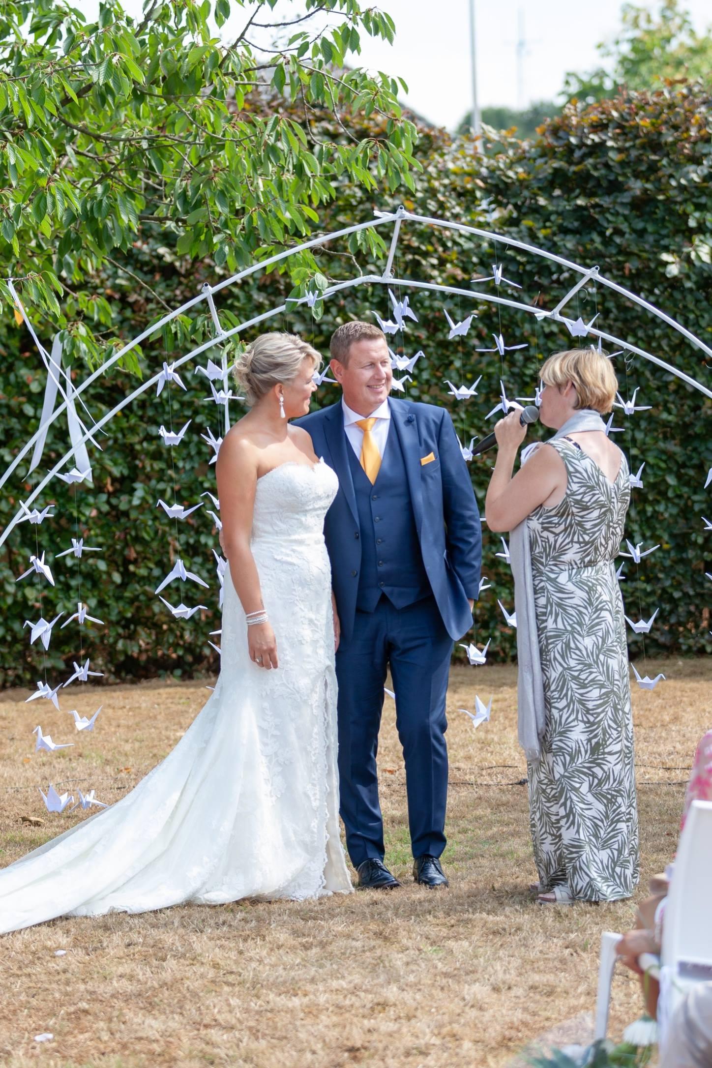 tuin ceremonie huwelijksboog spreker