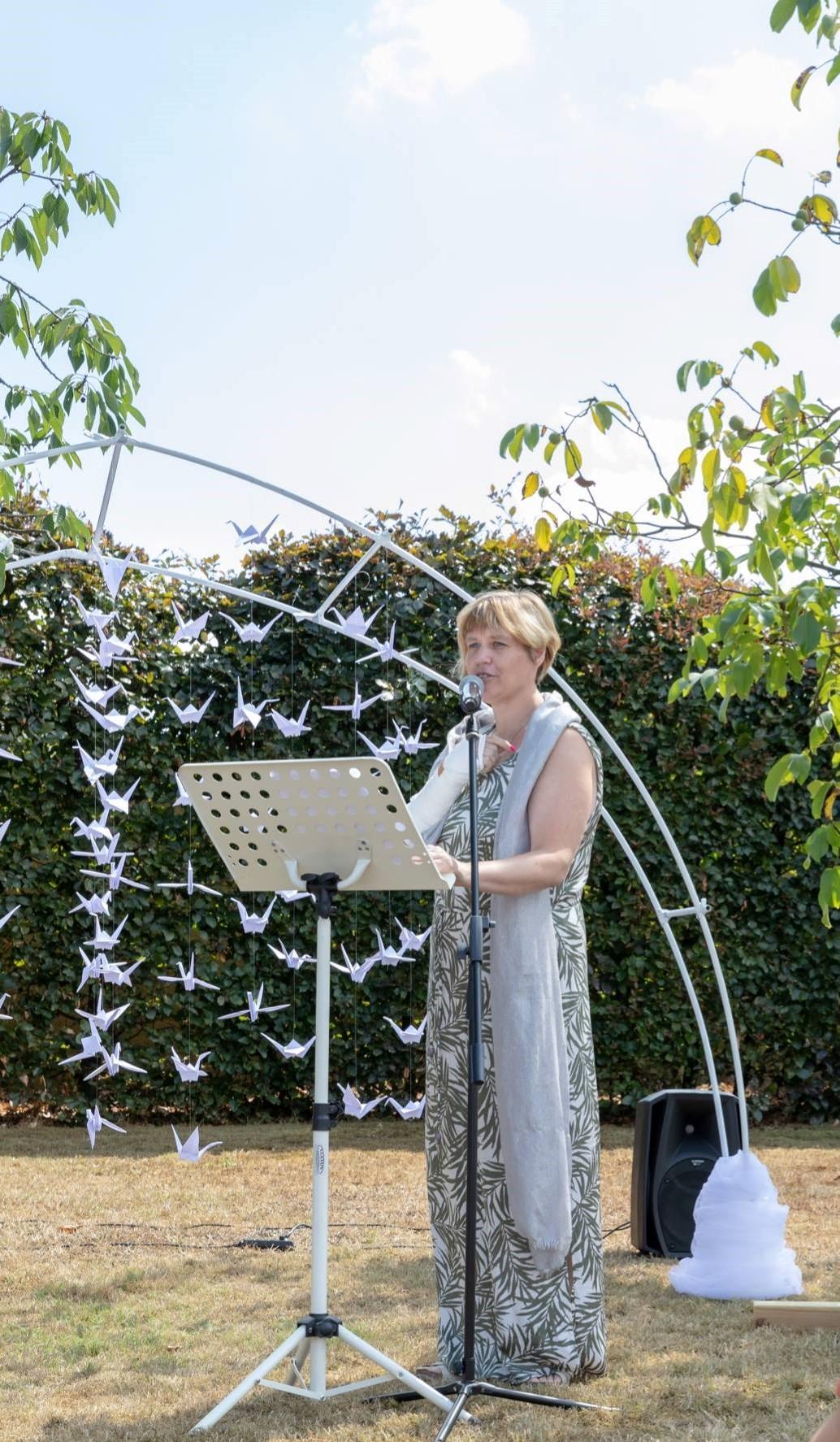 spreker ceremonie tuin buwelijksboog