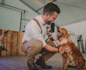 bruidegom en hond ringen huwelijk