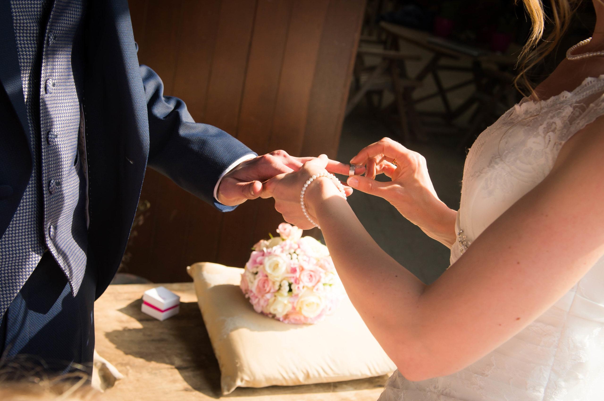 ringen overhandigen trouw huwelijk