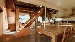 samen genieten in het molenhuis aan de mooie grote tafel