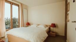 heerlijke bedden en een mooi uitzicht in de slaapkamer van het tussenhuis
