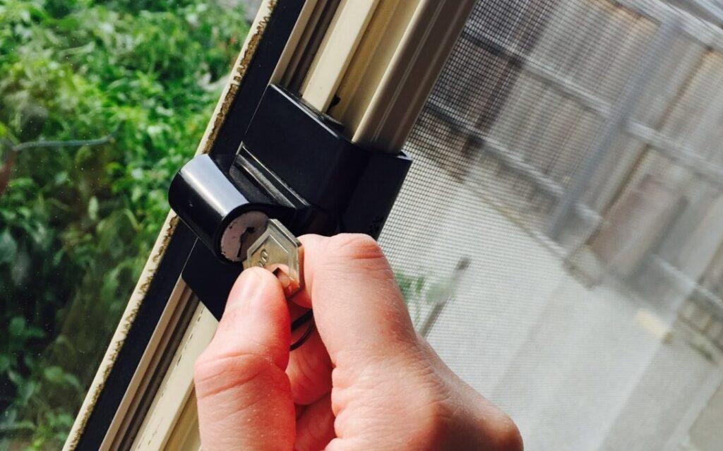 Låsesmed Hellerup til akut åbning af lås samt låsemontering